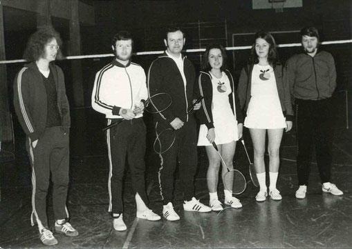 1.Mannschaft 1973/74 von links: Günther Breuer, Hans-Werner Stein, Harald Pletsch, Christa Franzen und Sigrid Kremer und Günter Dillenhöfer