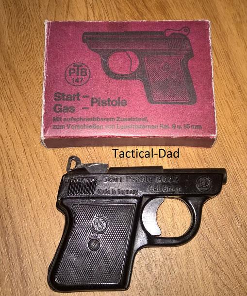 HS Modell 2 Startpistole mit einem nicht passenden und nachgefertigten Karton. (HS2 Pistole)