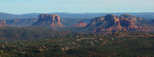 Aussicht vom The Doe Mountain Trail: Courthouse Butte, Bell Rock und Cathedral Rock