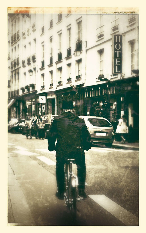 photo ancienne d'un cycliste à Paris devant un hotel