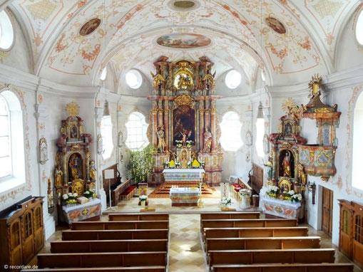 Lichtdurchflutetes Kirchenschiff