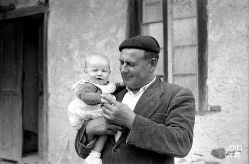 1958-Hombre-y-bebé-Carlos-Diaz-Gallego-asfotosdocarlos.com