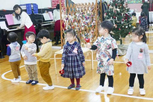 2歳児・母子分離クラスのお友だちが、クリスマス会のリトミックで