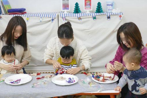 0歳児の生徒もお母さまと一緒にクリスマスの製作を楽しみました。