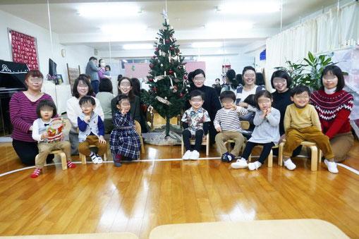 2歳児・母子分離クラスの生徒がお母さまといっしょに記念写真。クリスマス会を楽しみました。