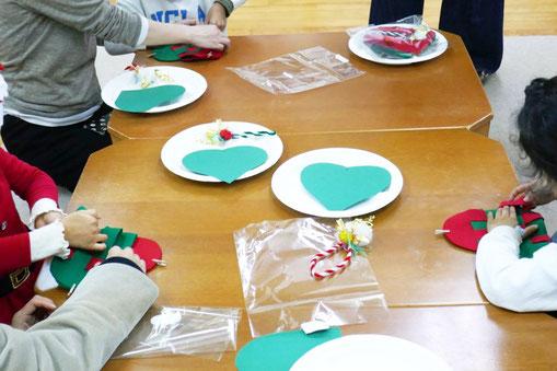 幼児教室のクリスマス会で幼稚園児クラスの年中・年長児がクリスマスにちなんだハートバッグを制作しています。