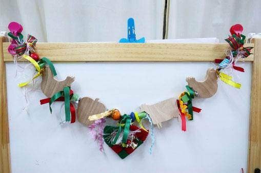 2歳児・母子分離クラス用に、美術担当の勝馬先生にガーランドのキットを制作いただきました。