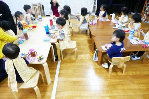 2歳児・母子分離クラスの生徒が、みんなといっしょにお弁当を食べています。みんなおなかがすいて、パクパク食べています。