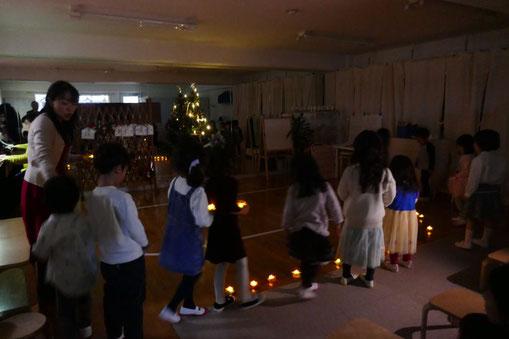 幼児教室の幼稚園児クラスのクリスマス会でみんなでキャンドルサービスを行いました。