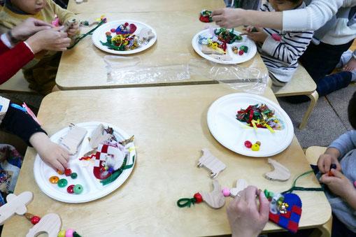 2歳児母子分離クラスの生徒が、クリスマスの製作を集中して行っています。
