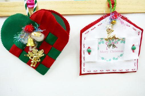 幼児教室の幼稚園児クラスがクリスマスの制作で取り組むハートバッグとフォトフレーム。