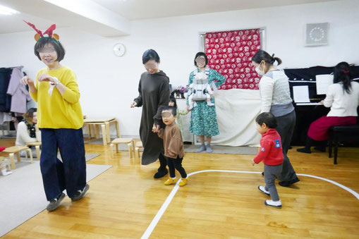 幼児教室のクリスマス会で、親子で学ぶコースの0歳児、1歳児がトナカイになってステップを楽しみました。