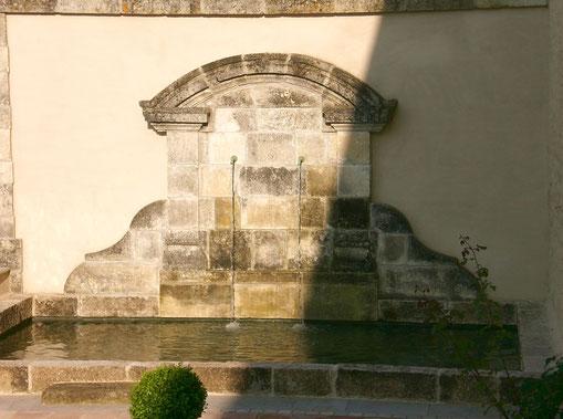 Bassin avec fronton réalisés en pierres anciennes