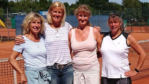 Damen 50 - Konkurrenz: Alina Michaelis / Este 06 - HH (4.); Dagmar Winzig / TC Gehrden (1.); Petra Fischer / TC Bordesholm (3.) und Claudia Duborg / TuS Hartenholm (2.)