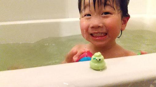 お風呂に入っている次男の写真