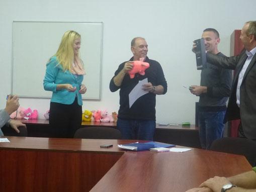 Verabschiedung durch Herrn Direktor Wjatscheslaw Makuschinskij, Peter gewinnt ein Glücksschwein