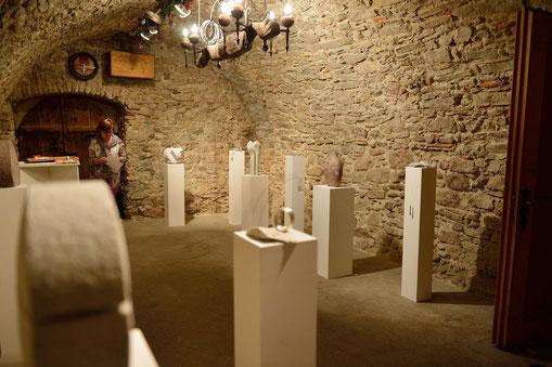 Ausstellungsraum der Huttwiler Kunsttage 2014, mit Anne-Catherine Schärer, Goldschmiedin
