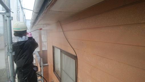 輪之内町、海津市、養老町、羽島市、大垣市、瑞穂市で外壁塗装工事中の外壁塗装工事専門店。輪之内町海松新田で外壁塗装工事/高圧洗浄作業中