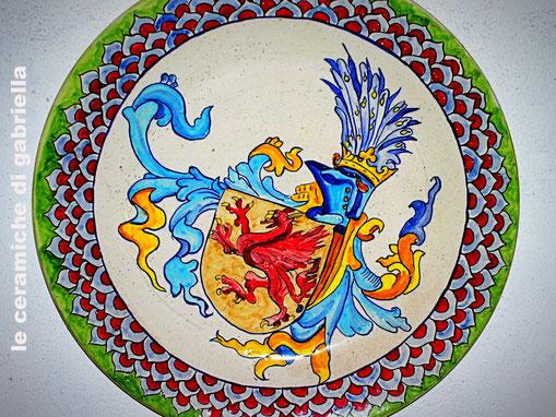 piatto di ceramica artistica maiolica con stemma
