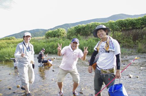 左から藤本名人と弓削大師匠と荒川師匠! 大人も楽しい夏休み。手ぶれ写真でごめんなさい