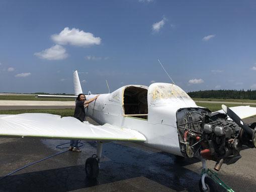 富士FA200エアロスバル 機体洗浄の様子