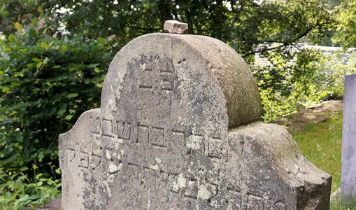 Ein Grabstein auf dem Jüdischen Friedhof in Attendorn