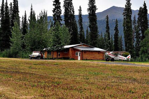 Was braucht man in Alaska, eine Hütte, ein Pickup und ein Flugzeug