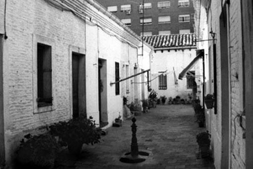 Figura 5. Ejemplo de un tipo intermediario: patio de vecinos de una sola planta; las viviendas, de planta baja, dan todas a un patio central. Calle Luis Vives 13.