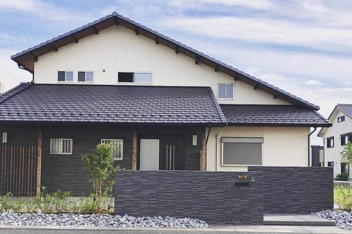 細割ボーダーのタイル門塀と空中階段が印象的。植物を多めに植えたこだわりの新築外構工事|安くてオシャレな外構屋さん『クオリティ』です。愛知県、岐阜県、三重県、名古屋市、大阪府、兵庫県、東京都、埼玉県、千葉県、神奈川県を中心に全国で施工可能です。【2020年5月施工】