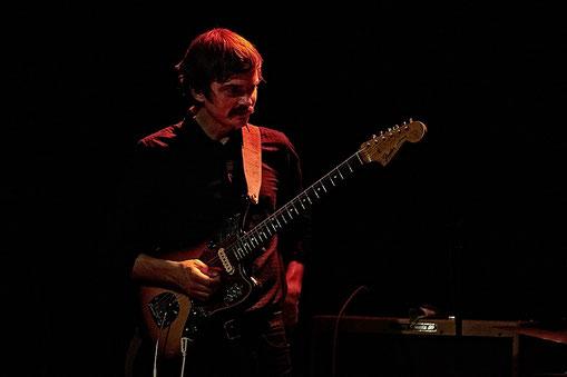 Gitarrist Bradley Burgess sorgt im Wiesbadener Kesselhaus für den typischen Sixties-Twang (Foto: Christian Düringer)