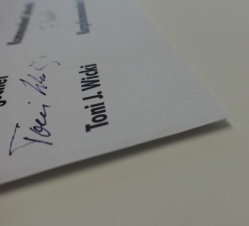 Urkunde ist freigestellt, schwebend auf hellem MSK fixiert. Alterungsbeständige, reversible Montage von feinem Papiergut.