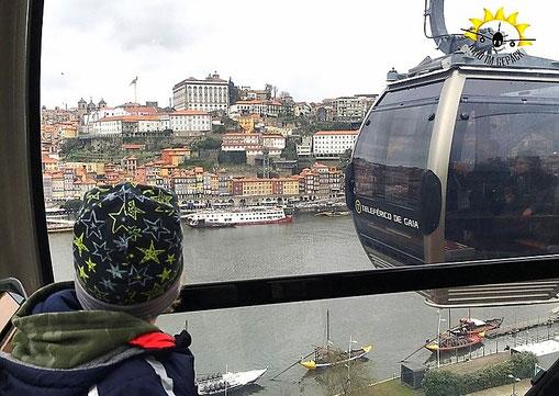 Von der Seilbahn aus auf die Altstadt und den Douro blicken.