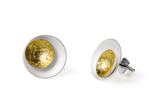 Aurea Ohrstecker aus weißlich schimmerndem Silber und sattgelb strahlendem Blattgold .Sie sind durch ihre dezente Größe der perfekte Begleiter im Alltag,  diskret verleihen sie Ihrer Erscheinung die besondere Note.