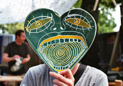 Painted heartshaped skateboard. Bemaltes herzförmiges Skateboard.