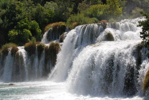Sa voix était-elle comme « le bruit de grandes eaux » Cette expression avait été utilisée par le prophète Ézéchiel pour décrire la voix de Dieu lui-même ! Sa voix était pareille au bruit des grandes eaux et la terre resplendissait de sa gloire.