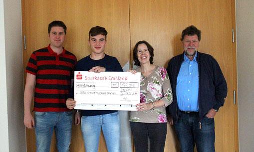 Cheque-Übergabe: Francesco (2.v.links) vom Schülerteam, die betreuenden Lehrkräfte Markus Hanneken und Michael Fuest, Jutta Over (NABU)