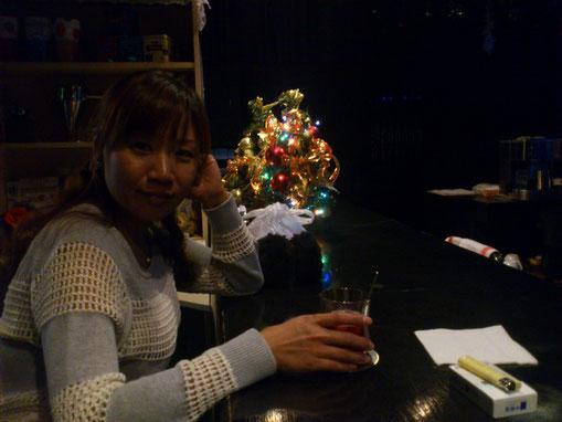 愛ちゃんも久々のバーでのくつろぎ、お酒が進みま~す。