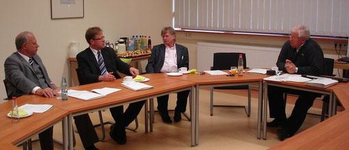 Herr Minister Dietzel, Herr Bürgermeister Horsel, Herr Rektor Reitz und ich selbst im Gespräch