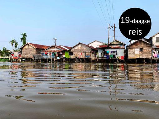 Huizen op palen bij Banjarmasin op Kalimantan