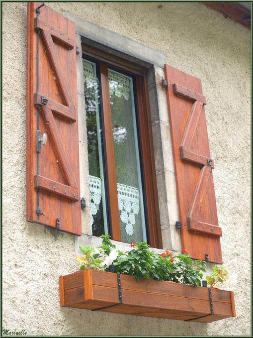 Fenêtre fleurie dans le village d'Aas, Vallée d'Ossau (64)