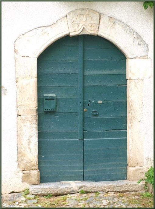 Porte ancienne (1803) au village d'Aas, Vallée d'Ossau (64)