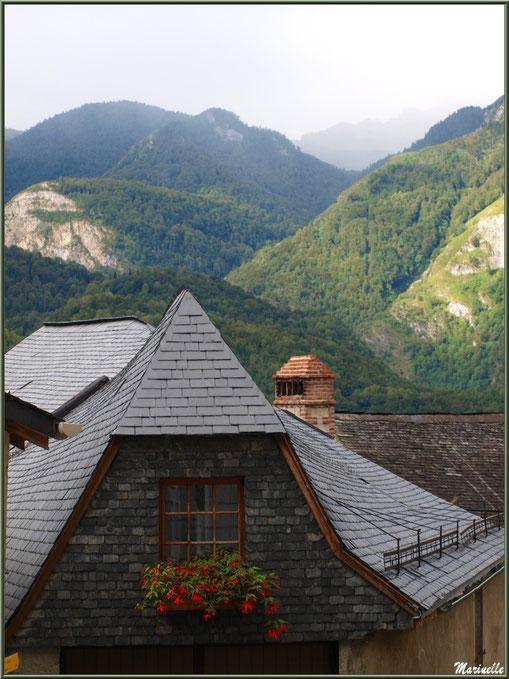 Toits sur les Pyrénées au village d'Aas, Vallée d'Ossau (64)