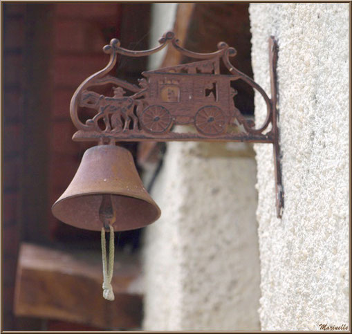 Cloche de porte au village d'Aas, Vallée d'Ossau (64)