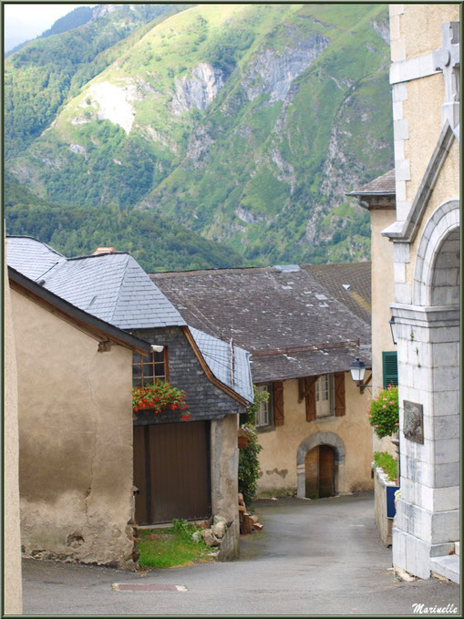 Ruelle descendante devant l'église Saint Laurent au village d'Aas, Vallée d'Ossau (64)