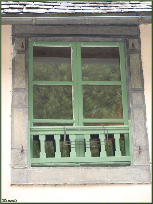 Fenêtre ancienne dans le village d'Aas, Vallée d'Ossau (64)