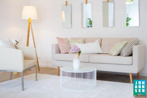 schönes-gemütliches-zimmer-wohnzimmer-beige-spiegeltisch-spiegel-couchtisch-sofa-sessel-home-staging_johannsen-kiel