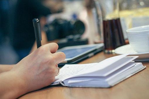 Brit Gloss Autorin & Kolumnistin, Liebe zum Schreiben, Notizen, Notizbuch, Arbeiten im Café