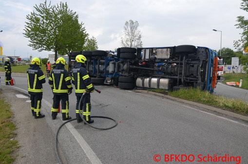 Feuerwehr, Blaulicht, LKW, umgestürzt, BFKDO Schärding, A8