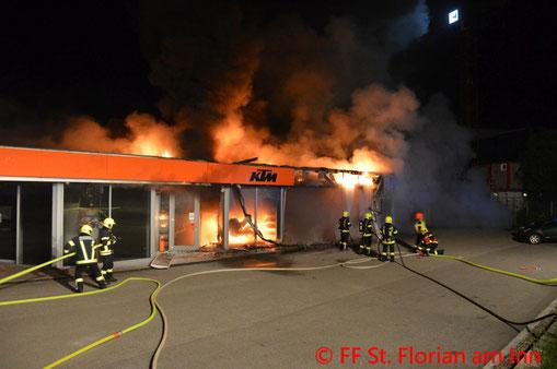 Feuerwehr; Blaulicht; BFKDO Schärding; Brand; Fassade; Gewerbebetrieb; Feuer;