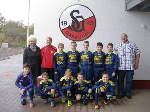 Auf dem Bild die Mannschaft der D-Jugend JSG Hammersbach mit Trainer Lutz Kiefer und den Sponsoren Monika Exner-Ruffieux und Mario Ruffieux.